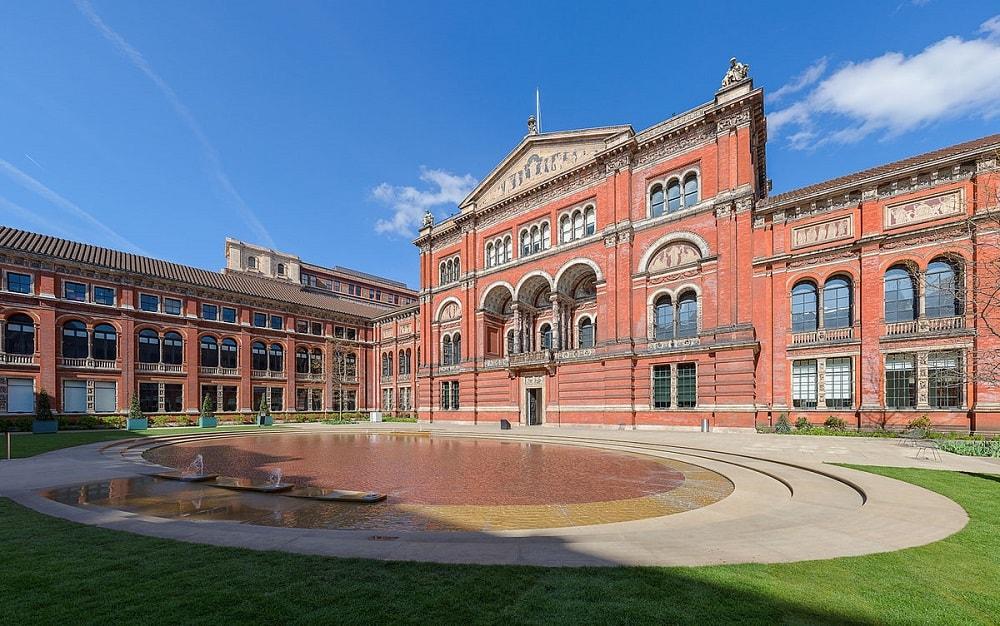 Victoria__Albert_Museum_Central_Garden_London_UK_-_DAVID-ILIFF